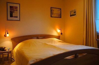 Breites Doppelbett im Schlafzimmer
