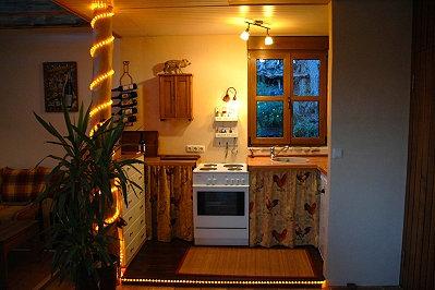 Der Küchenbereich mit Arbeitsplatte und Herd